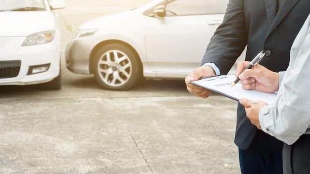 Processo de reivindicação de agente sénior e agente de seguros após acidente de carro