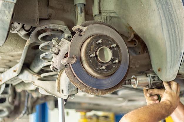 Processo de reparo de suspensão de carro em close-up de auto serviço