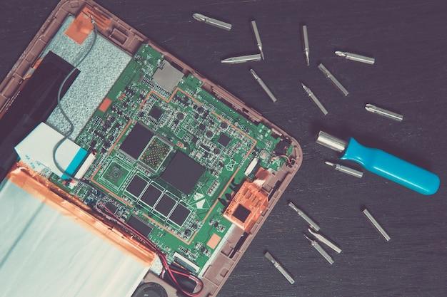 Processo de reparo do dispositivo pc tablet perto da chave de fenda