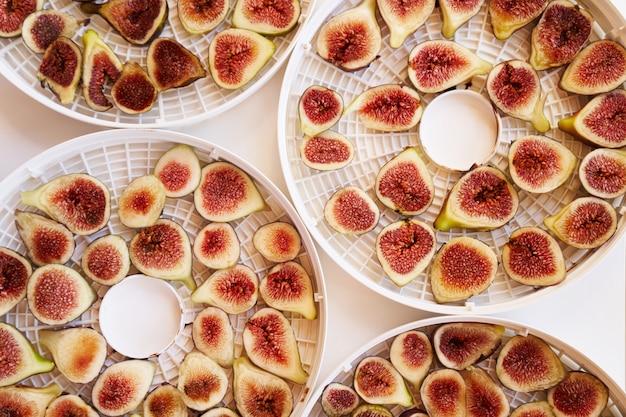 Processo de secagem de figos fatiados em pratos brancos