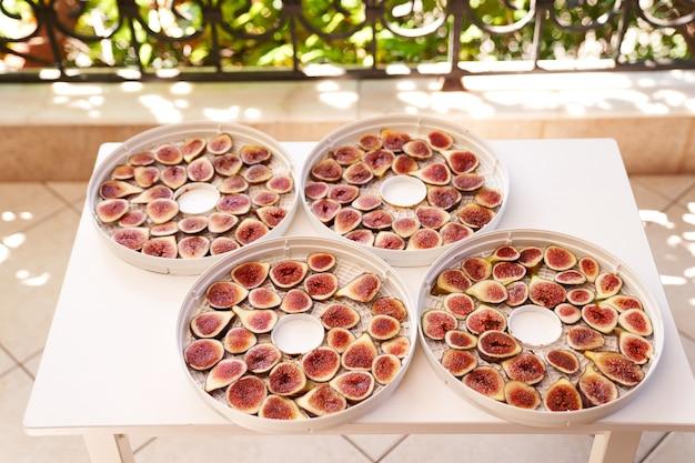 Processo de secagem de frutas em placas desidratadoras brancas na mesa