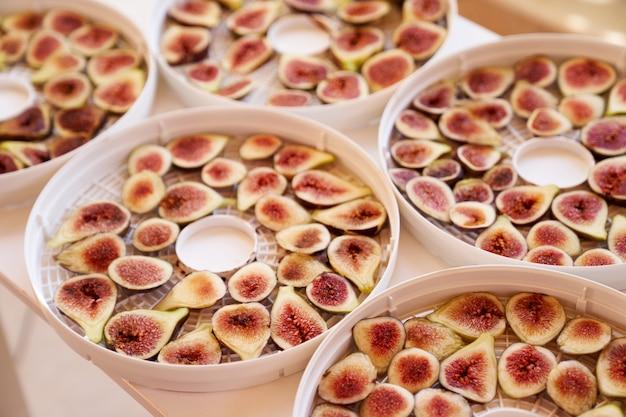 Processo de secagem de frutas em pratos close-up