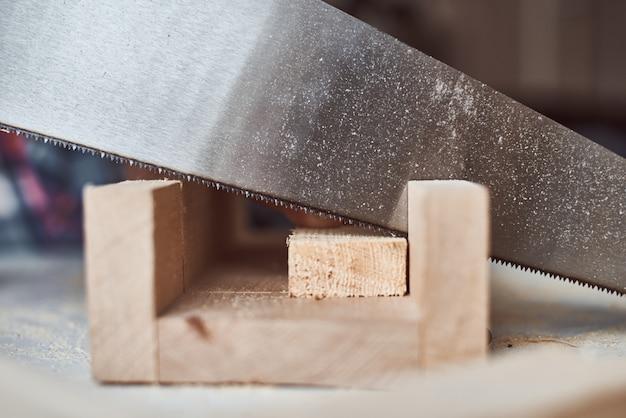 Processo de serrar tábua de madeira. conceito de madeira diy e fabricação de móveis
