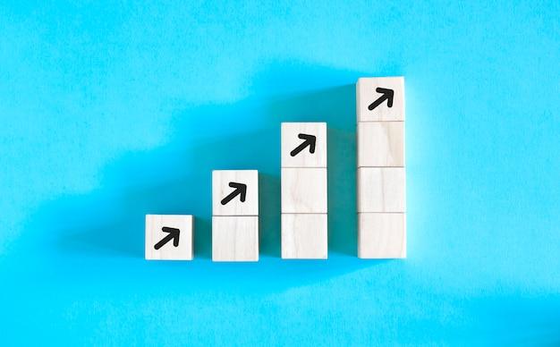 Processo de sucesso de crescimento de conceito de negócio, empilhamento de blocos de madeira como degraus de escada