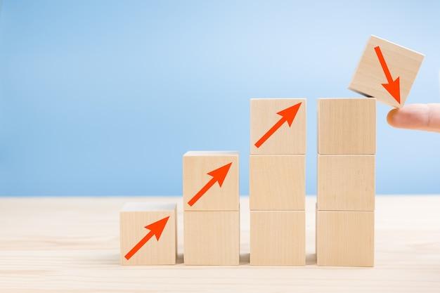 Processo de sucesso de crescimento de queda de conceito de negócio, o dedo não cai do topo do cubo