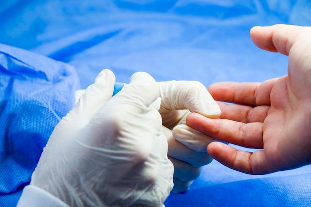 Processo de teste de insulina, teste de sangue e seringa. injeção na mão. pacientes e médico. .