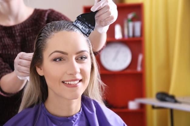 Processo de tingimento de cabelo em salão de beleza