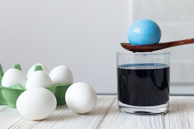 Processo de tingimento de ovos cozidos para a páscoa, tradições para a páscoa, tintura azul para ovos. foto de alta qualidade