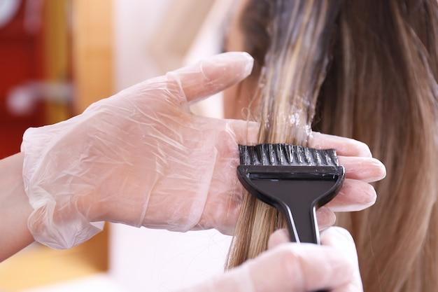Processo de tingir o cabelo em salão de beleza, closeup