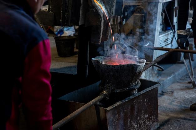 Processo de trabalho com ferro derretido
