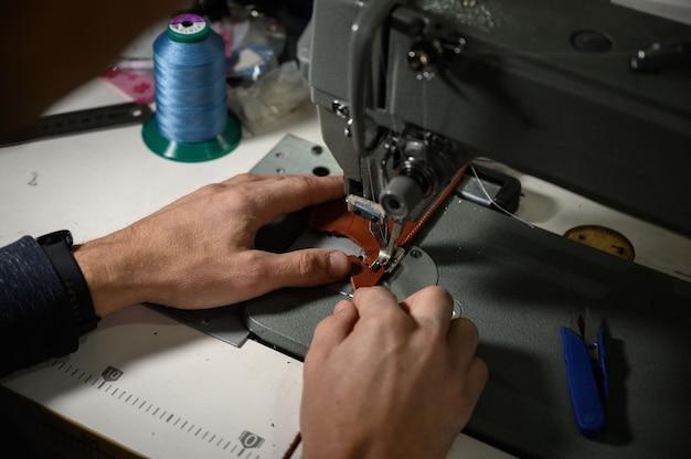 Processo de trabalho do artesão de couro