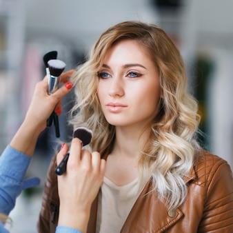 Processo de trabalho do maquiador com a modelo