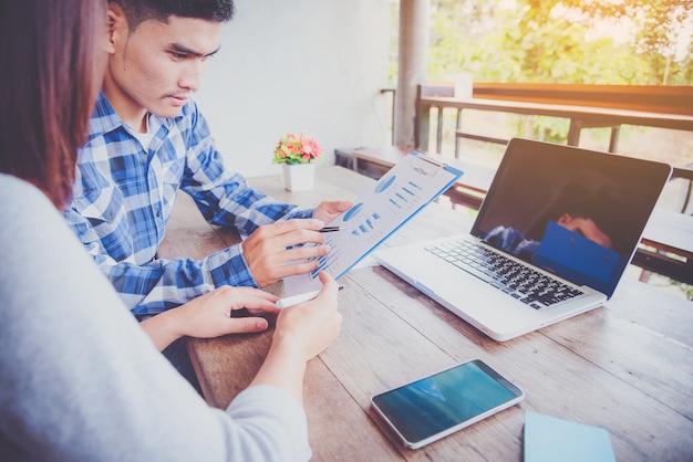 Processo de trabalho em equipe. equipe de jovens gerentes de negócios trabalhando com novo projeto de inicialização