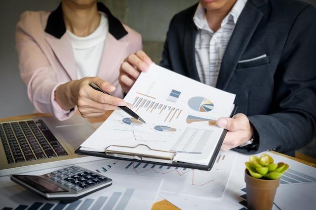 Processo de trabalho em equipe. equipe de jovens gerentes de negócios trabalhando com um novo projeto de inicialização. labtop na mesa de madeira, analise os planos do gráfico