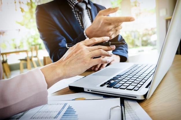 Processo de trabalho em equipe. equipe de jovens gerentes de negócios trabalhando com um novo projeto de inicialização. laptop em mesa de madeira, teclado de digitação, mensagem de texto, analise planos de gráficos.