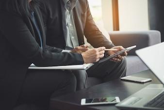 Processo de trabalho em equipe. Jovem, gerentes, gerentes, Tripulação, trabalhando, Novo, startup, projeto. Labtop na tabela de madeira, teclado de dactilografia, mensagem texting, analisam planos do gráfico.