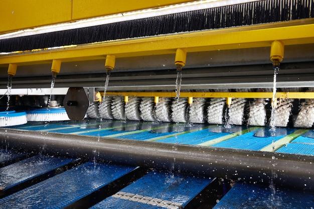 Processo de trabalho em máquina automática para lavagem e lavagem a seco de carpetes sujos