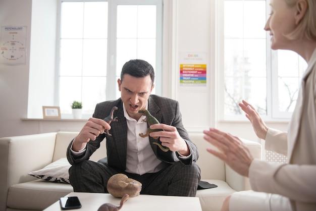 Processo de trabalho. exuberantes dois colegas usando brinquedos enquanto gesticulam