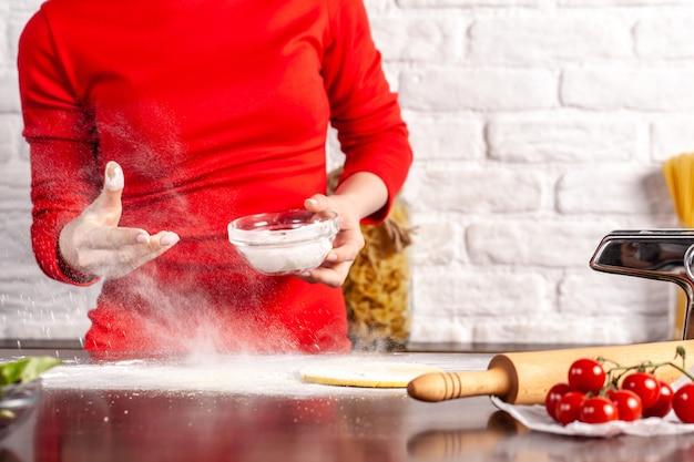 Processo manual de fabricação de massas italianas fettuccine.