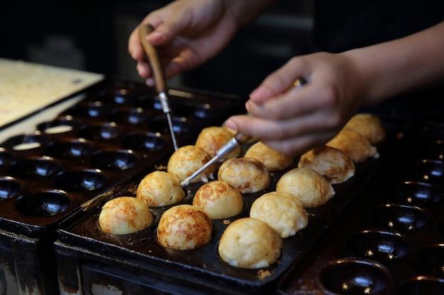 Processo para cozinhar comida japonesa takoyaki