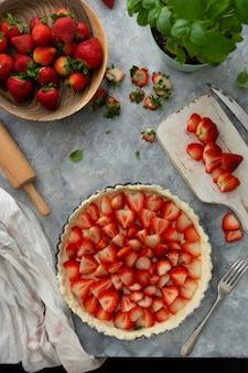 Processos de cozimento de torta de morangos, torta de sobremesa vegana saudável, vista de cima