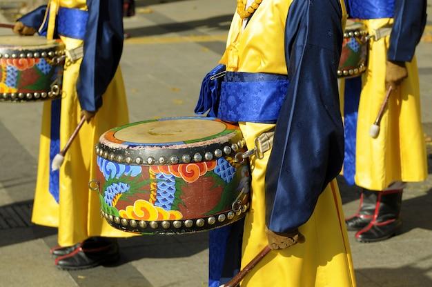 Procissão tradicional com tambores