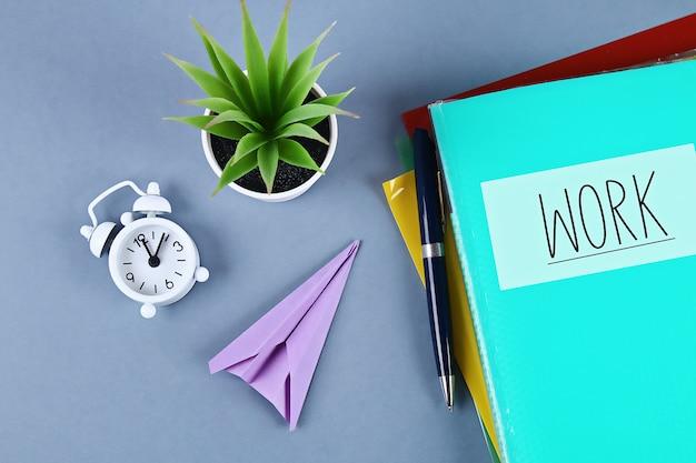 Procrastinação, atraso, conceito de urgência. colocando o trabalho a ser feito substituindo aviões dobráveis de trabalho