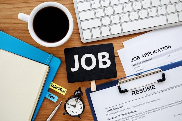 Procura de emprego com sinal de trabalho