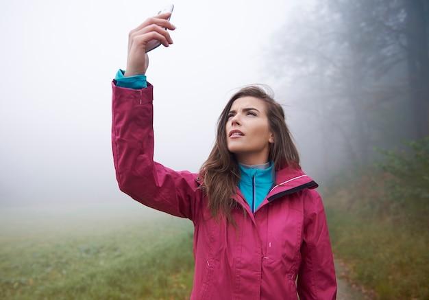 Procurando conexão para celular na floresta
