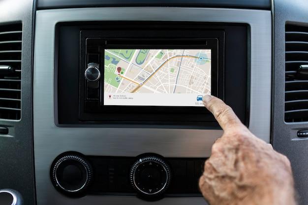 Procurando direção na tela do gps no carro inteligente