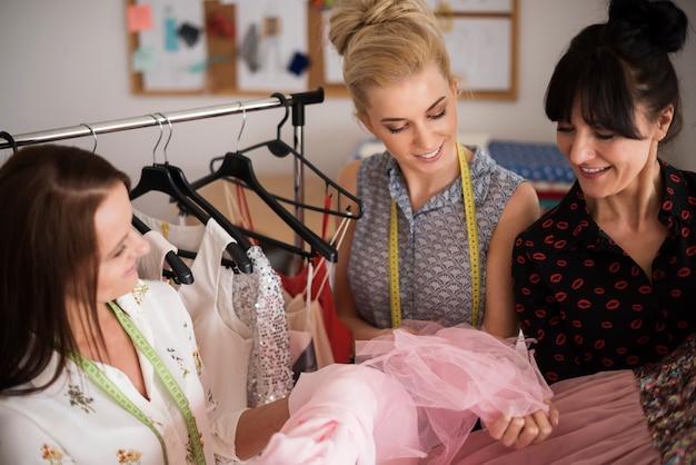 Procurando o material perfeito para o vestido