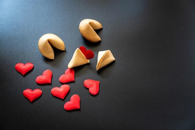 Procurando por amor em sorte cookies, conceito de pessoas solteiras que precisam de namoro para encontrar o amor.
