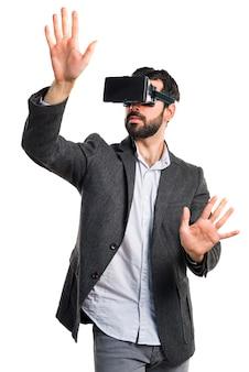 Procurando tecnologia virtual de console hispânico Foto gratuita