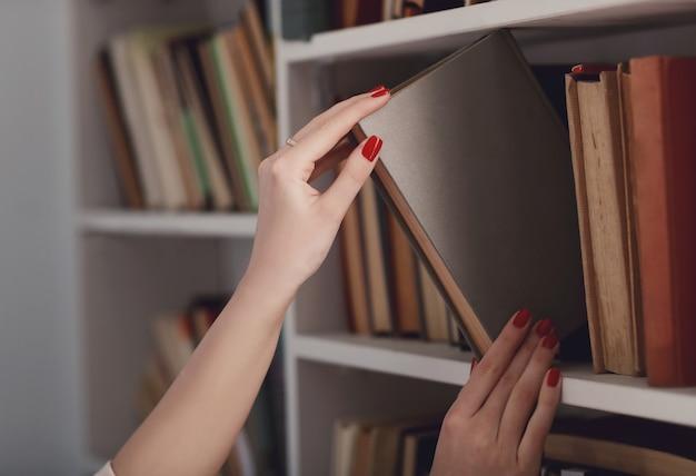 Procurando um livro na biblioteca