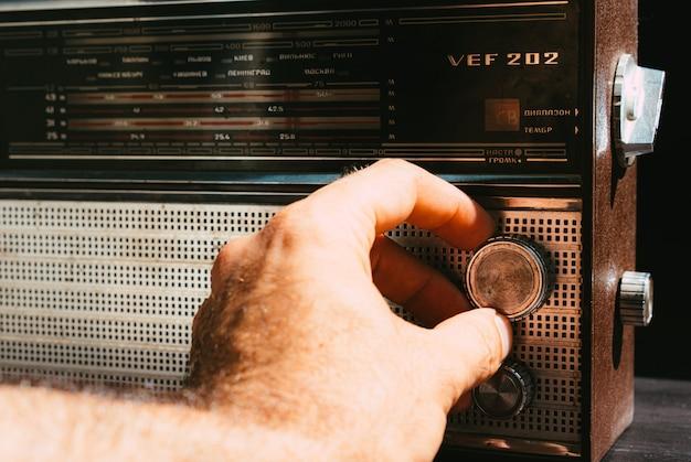 Procure ondas de rádio em um receptor de rádio antigo
