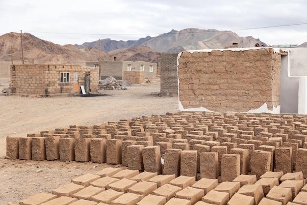 Produção caseira, mini fábrica, secagem de tijolos de argila crua