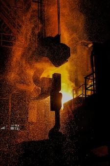 Produção de aço em fornos elétricos. faíscas de aço fundido. oficina de forno elétrico a arco eaf. produção metalúrgica, indústria pesada, engenharia, siderurgia.