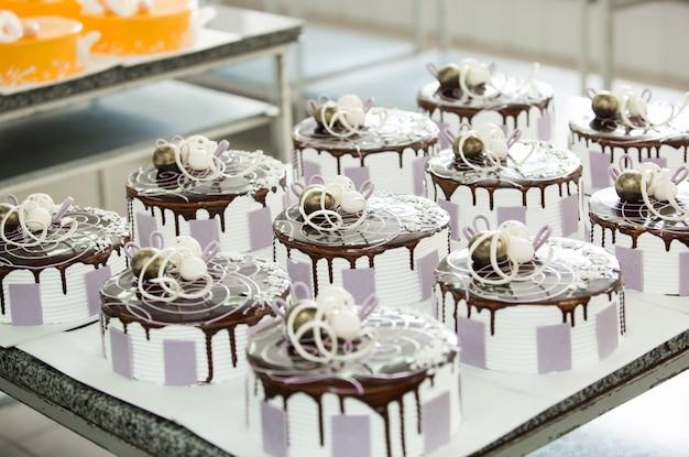 Produção de bolos e produtos de confeitaria na empresa.