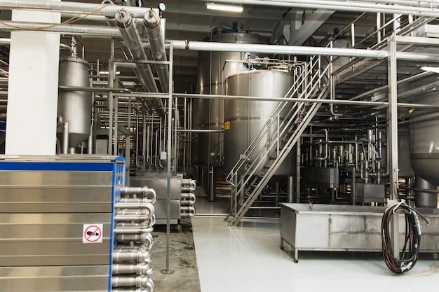 Produção de cerveja, suco, fluidos em tanques de metal, tubos. indústria