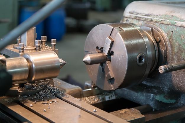 Produção de construção de máquinas. detalhe de usinagem no torno de metal