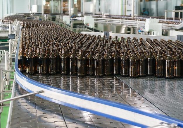 Produção de garrafas de vidro sem rótulos na correia transportadora