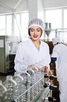 Produção de garrafas plásticas