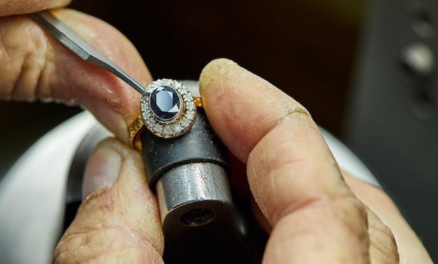 Produção de joias. o processo de consertar pedras