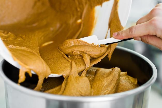 Produção de manteiga de amendoim, misturador industrial, indústria de alimentos, linha transportadora