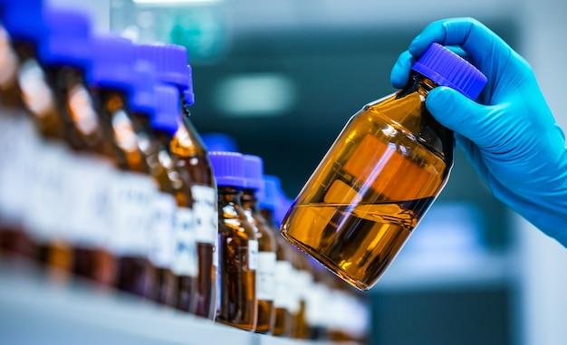 Produção de medicamentos e fármacos na indústria farmacêutica