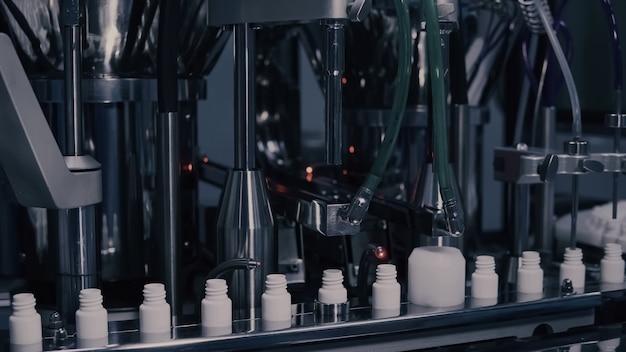 Produção de medicamentos, frascos médicos na linha de fabricação farmacêutica