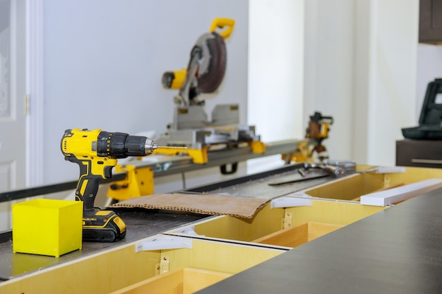 Produção de móveis de madeira de ferramentas de instrumento profissional chave de fenda na mesa de madeira fundo desfocado