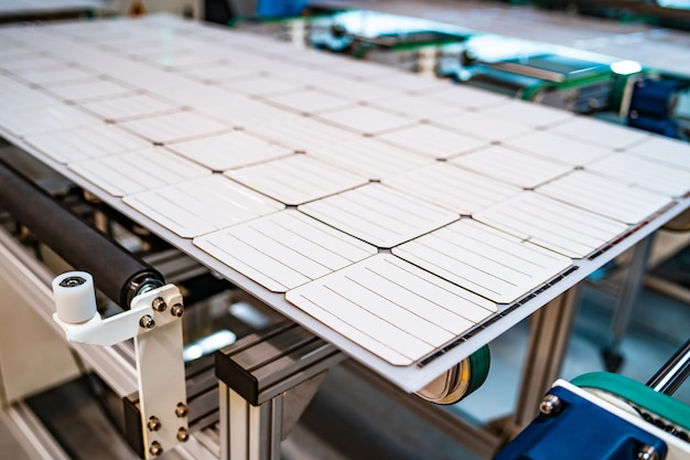 Produção de painéis solares, homem trabalhando em fábrica. close de maquinário especial na fábrica de painéis solares