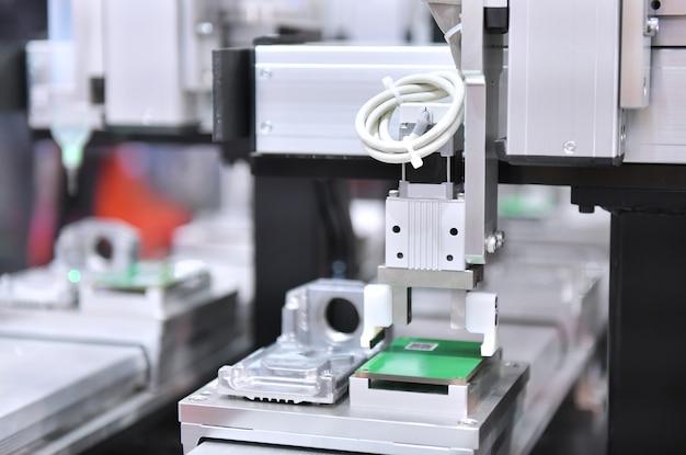 Produção de placas de circuito eletrônico em máquinas e tecnologia