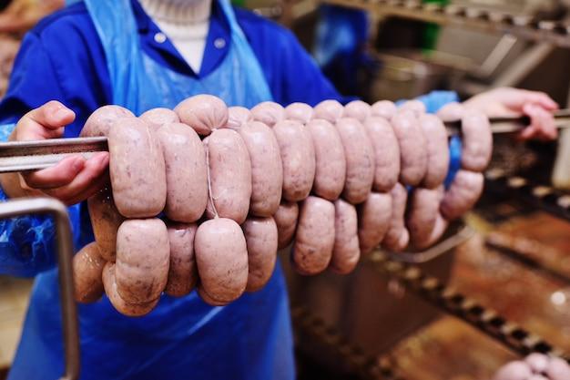 Produção de salsichas cozidas e linguiça defumada em uma fábrica de carne